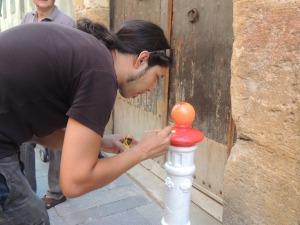 Un dels participants, concentrat, pintant.