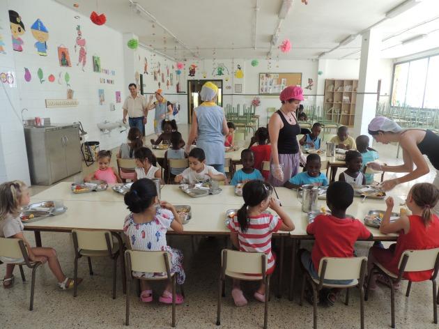 Imatge del menjador de l'Escola Sant Salvador durant l'hora de dinar.