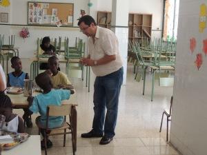 El director del centre, Francesc Sans, parlan amb els nens que participen en el menjador.